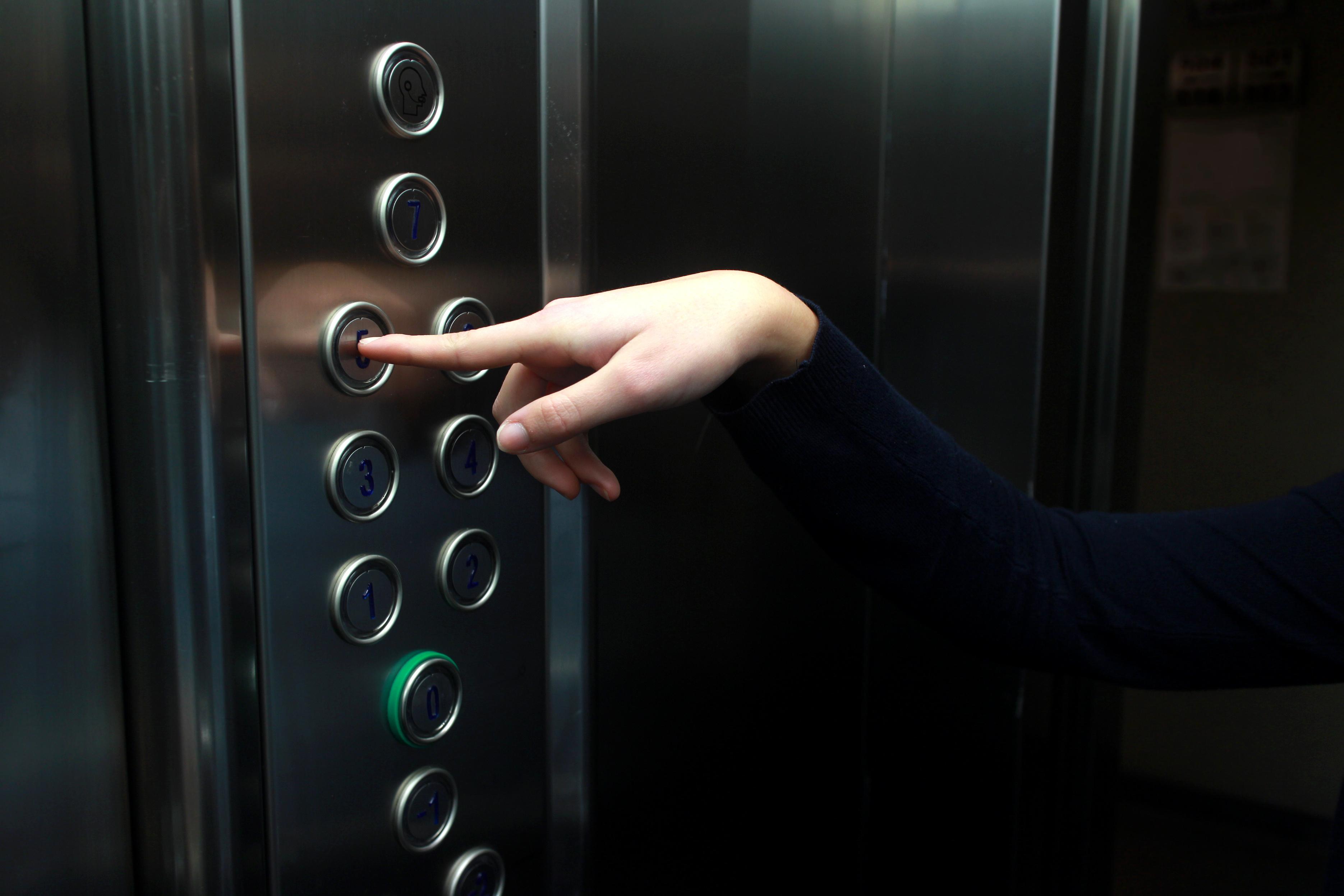 Трахнули зрелую в лифте, Трахнул зрелую в лифте Поебушки. Ком 24 фотография